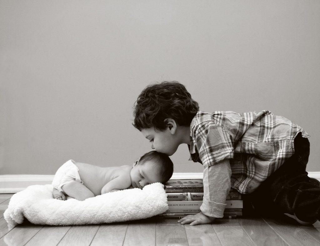 newborn-photo-kiss